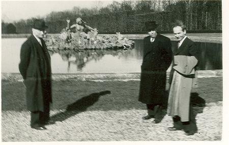Robert_Schuman__Jean_de_Pange_et_le_professeur_Ewig_dans_les_jardins_du_ch_teau_de_Champs_sur_Marne__21_mars_1948_Collection_particuli_re