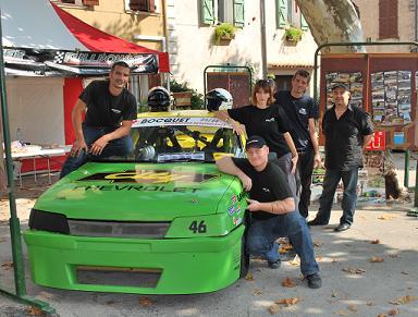 Le Team FPT avec la 405 Nascar devant le stand de l'association