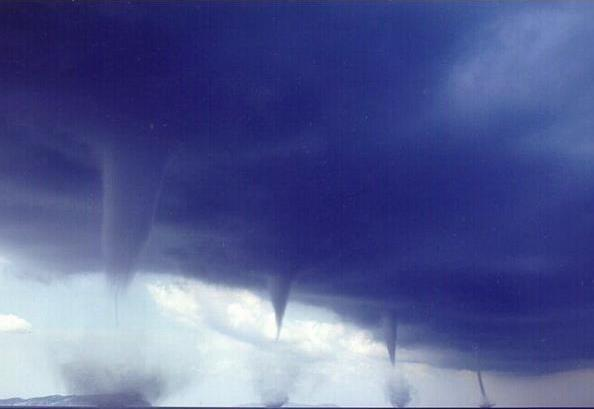 Catastrophes naturelle : Tornade  dans Le coin des photos tornad10