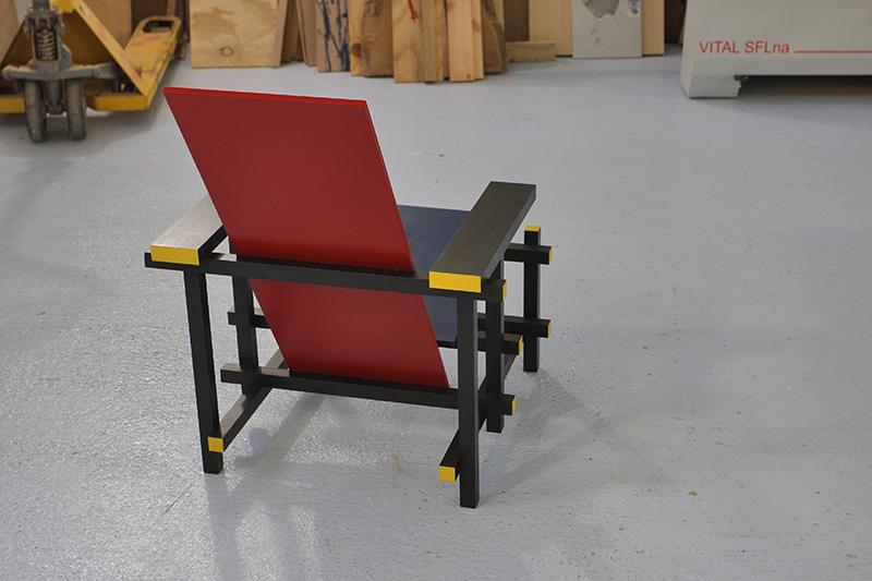 chaise bleue et rouge de geritt rietweld copain des copeaux. Black Bedroom Furniture Sets. Home Design Ideas