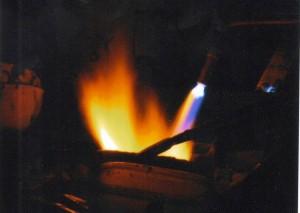 Khè lửa vào chén nấu chảy kim loại