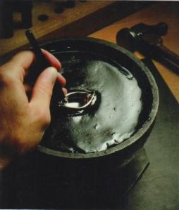 Đặt trang sức vào khằn để chuẩn bị đính hột.