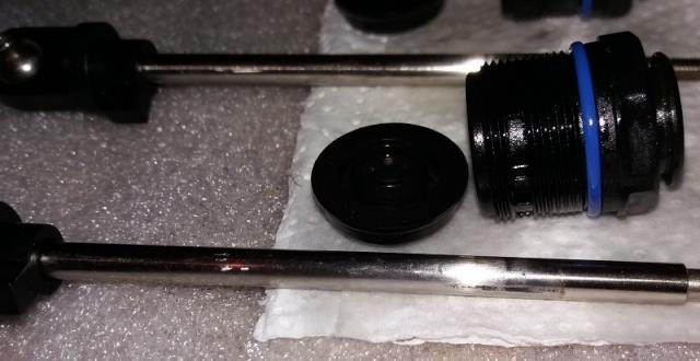 montage des bouchons inf rieurs d 39 amortisseur aluminium. Black Bedroom Furniture Sets. Home Design Ideas